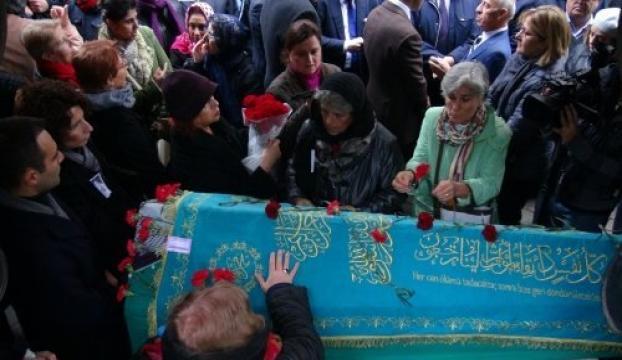 Deniz Gezmişin annesinin cenazesi toprağa verildi