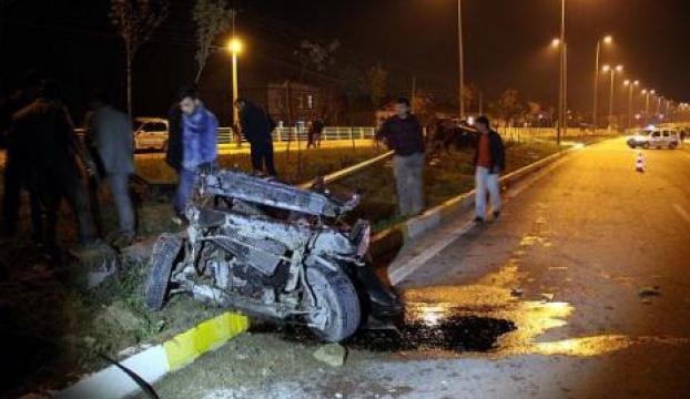 Direğe çarpan otomobil parçalandı