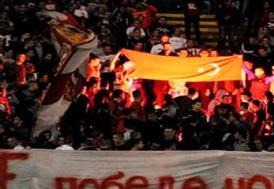 Türk bayrağı yakıp Fenerbahçe'ye küfrettiler!