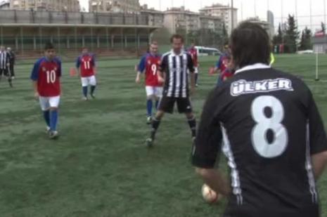 Efsaneler görme engelli futbolcularla top oynadı