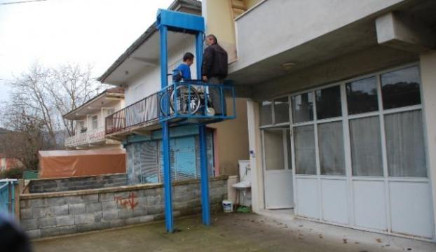 Engelli oğulları için asansör yaptı