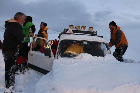 Karda mahsur kalan 3 kişi kurtarıldı