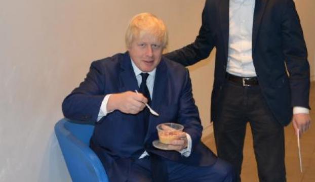 Londra Büyükşehir Belediye Başkanı Boris Johnsona aşure ikram edildi