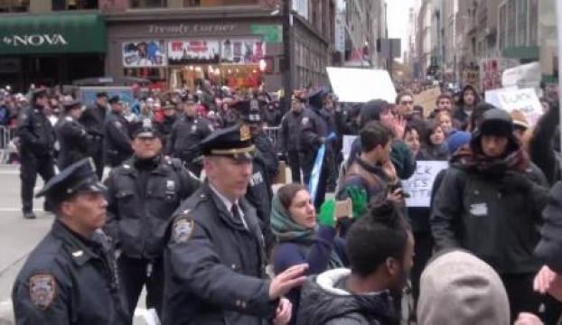 New Yorkta Şükran gününe protestolar damga vurdu