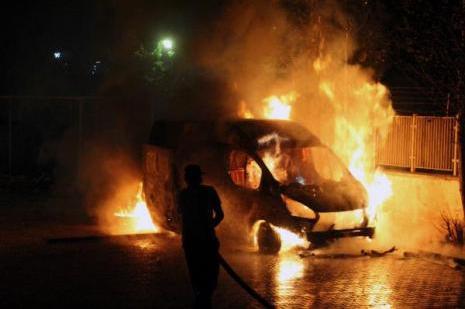 Nusaybinde 2 araç ateşe verildi