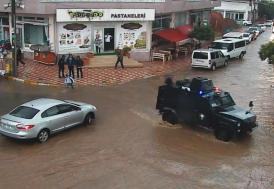 Yağmura yakalanan öğrencilere zırhlı taşıma