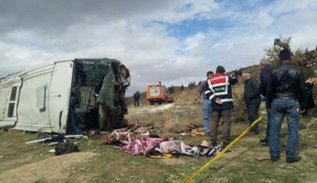 Uşakta servis minibüsü devrildi: 17 yaralı