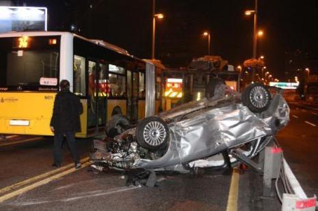 Otomobil bariyerleri aştı metrobüs yoluna daldı