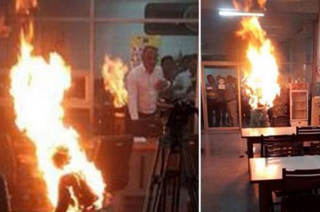 Hükümet binası önünde kendini yaktı