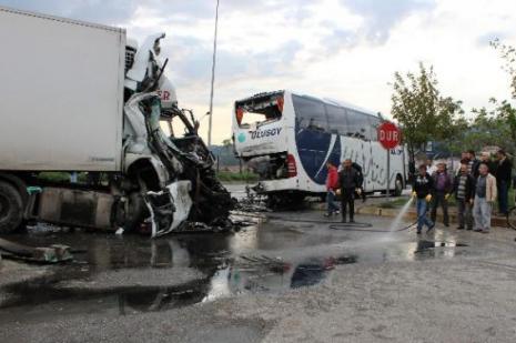 Yolcu İndiren Otobüse çarptı: 4 Yaralı